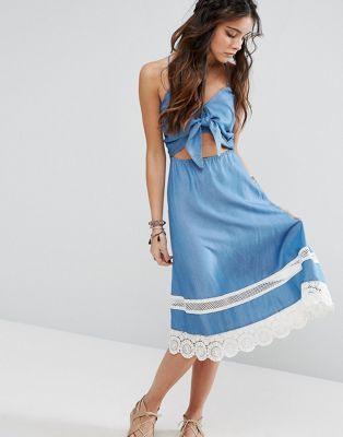 Платье из шамбре с завязкой и отделкой кроше Lovers + Friends