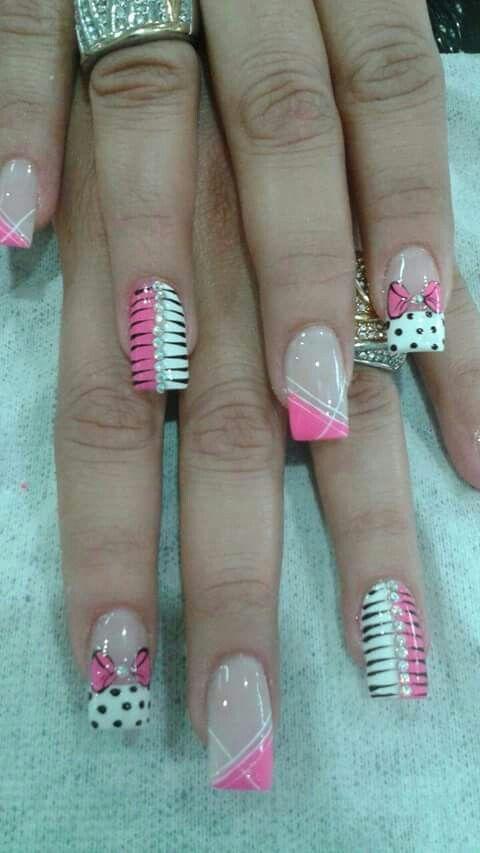 uñas rosa, blanca lazo