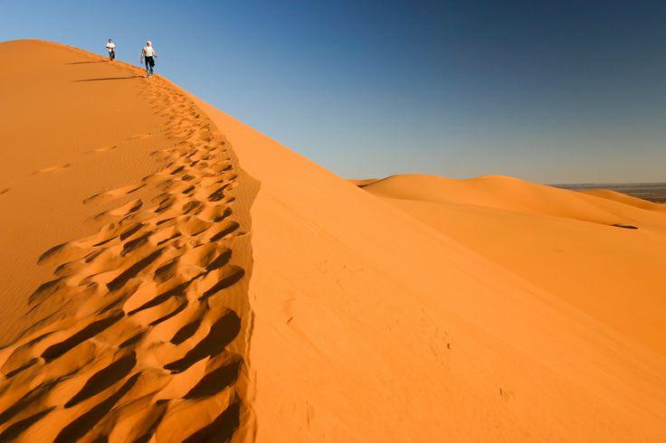 De mythische marathon van Sables. Dat wil zeggen: 6 marathons achter elkaar in 6 dagen door de immense Saharawoestijn met een totale afstand van 250 kilometer. Zoals valt te begrijpen is dit geen marathon voor beginners. Daarnaast kent de marathon vele gevaren; zo komen er vaak gevaarlijke zandstormen voor. Verdwaalde marathonlopers zijn geen uitzondering tijdens dit enerverende event.