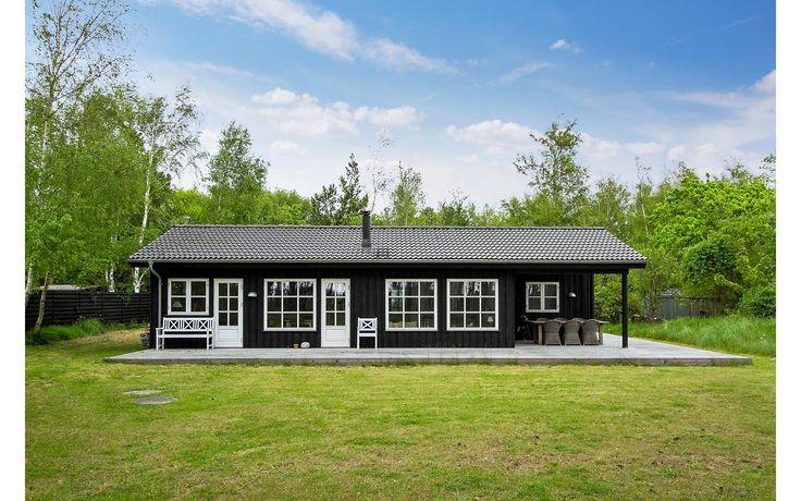Charmerende stort strandhus på 96 m2 fra 2012 beliggende på en 3400 m2 skøn naturgrund med store fyrretræer og privat strand. Man bliver straks betage