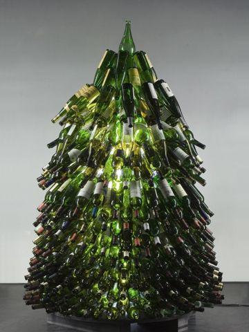 Albero di #Natale fatto di bottiglie di vino... un utilizzo stravagante dei vuoti! ;) #Christmas #ChristmasTree