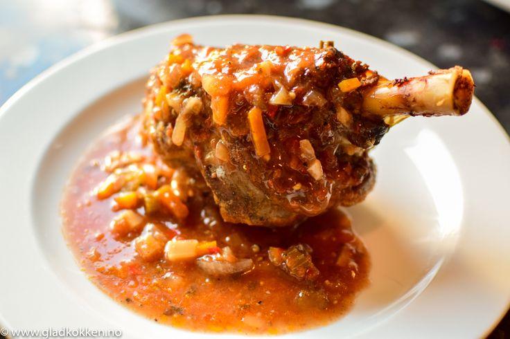 Lammeskank er en billig og populær råvare. Når du først gir dette stykket noen timer i ovnen med gode smaker blir det utrolig godt! Lammeskank er leggen til lammet. En litt trå muskel, men med litt…