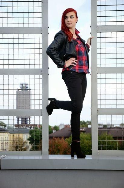Mademoiselle Patrizia i jej rockowa stylizacja. Blogerka połączyła tu wysokie, czarne botki, jeansy rurki, niezwykle modną koszulę w kratę i skórzaną ramoneską. Musicie przyznać, że całość wygląda naprawdę świetnie!