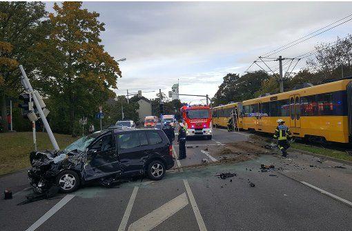 Am Samstagvormittag hat sich in Stuttgart-Mühlhausen ein Verkehrsunfall zugetragen, bei dem vermutlich ein Auto und eine Stadtbahn beteiligt waren. Foto: 7aktuell/F. Herlinger
