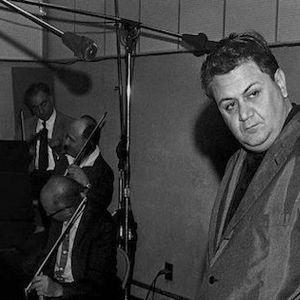 """Καμπανελλης Παρίσι 1961, αργά κάποια νύχτα. Τον συνάντησα όλως τυχαίως σ' ένα καφενείο στα Ηλύσια. Είχε πάρει το Όσκαρ τραγουδιού, είχε γίνει διεθνώς γνωστός, οι μεγάλες δισκογραφικές εταιρείες του κόσμου τον ήθελαν δικό τους. Ήταν ολομόναχος, κάτι που δεν το συνήθιζε. Απόρησα και του είπα πως δεν θα 'θελα να του χαλάσω τη μοναξιά. Απάντησε πως χάρηκε που βρέθηκα εκεί· """"φτάνει η μοναξιά"""". Κι αμέσως μετά άρχισε να μου εξομολογείται ότι """"περνά τις χειρότερες μέρες της ζωής του."""