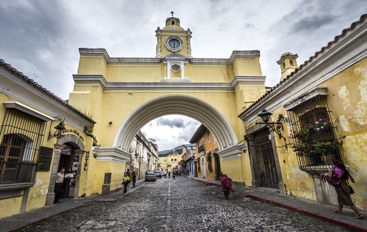 La calle del Arco es la más famosa de la Antigua Guatemala. Antigua está a 40 km de la capital, y la mayoría de los turistas van directamente allí al bajar del avión.  La calle del Arco está llena de los bares más animados, aunque todo cierra a la 1 de la mañana por ley (y algo más temprano los domingos en general).  Hay una tienda impresionante de trajes tradicionales, Nim Pot, un bar irlandés, Reilly´s, que hace una noche de quizz apreciada por locales, extranjeros viviendo en Antigua y…