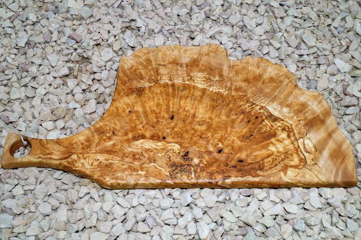 Изготовленная вручную разделочная доска из капа берёзового . Отверстие для подвешивания и отображения . Красивое зерно , полированная и пропитана льняным маслом , гладкая на ощупь . Размер : 435 ( 305 ) * 215 мм . Цена : 3999 р.