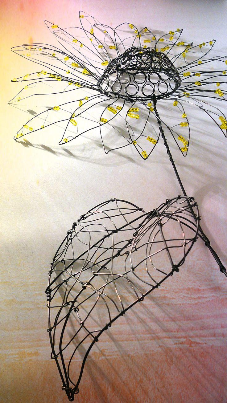 ..tak jako slunečnice každým dnem.. Tato slunečnice je vyrobena z černého žíhaného drátu (ve vlhku drát získává rezivou patinu) a ozdobena žlutými skleněnými korálky. Výška celého zápichu cca 70 cm a průměr květu cca 30 cm. Cena za jeden kus. Jelikož se jedná o ruční práci, kus od kusu se může trochu lišit.