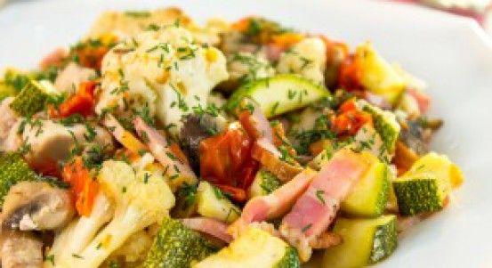 Zelenina zapečená s kuracím mäsom, slaninou a šampiňónmi | Báječné recepty
