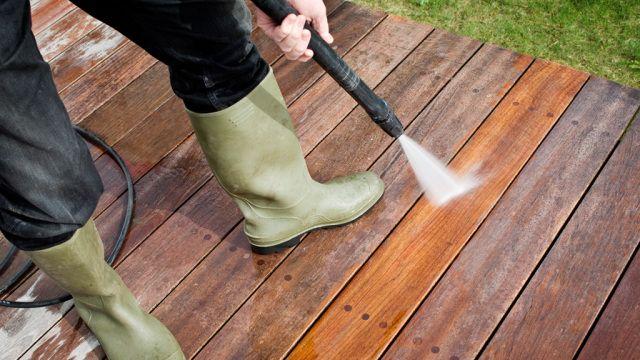 Terrasse reinigen: So lösen Sie hartnäckigen Schmutz