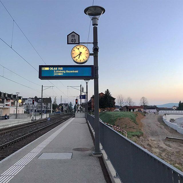 Heute Morgen zeichnete sich der Himmel wieder in schönen Farben.  . . . #bütschwil #pendler #bahnhof #sbbcffffs #pendleralltag #schweizerbahnhof #schweizerbahn #railway #morgen #earlybird #waytowork #colorful #color #colors #farbig #farbenspiel #farben #ig_toggenburg #ig_ostschweiz #picoftheday #exploremore #switzerlandwonderland