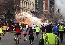 16-Apr-2013 11:53 - WAT GEBEURDE ER GISTEREN BIJ DE AANSLAG IN BOSTON?. De 117de editie van de prestigieuze Boston Marathon is maandag uitgelopen op een drama. Twee bommen die vlak bij de finishlijn afgingen,…...