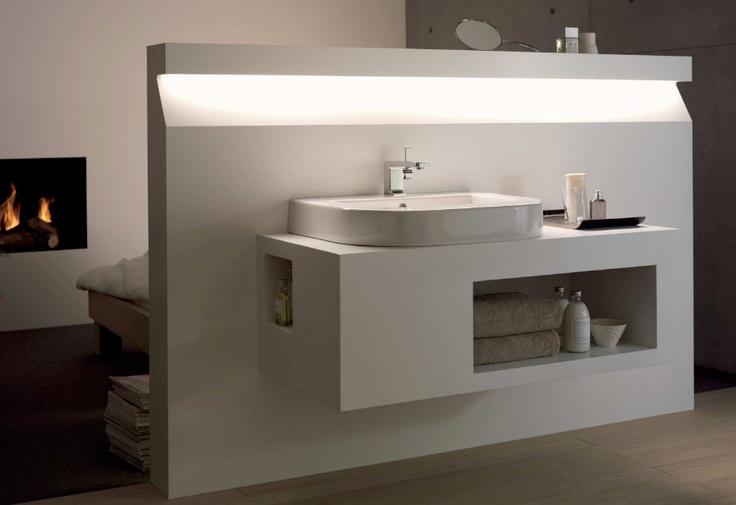 Mooi wastafel module met indirecte verlichting in open verbinding met de slaapkamer met haard