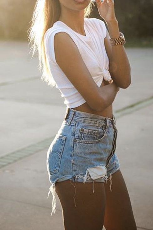 Summer style | Simple white top and daisy dukes