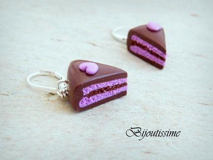 Boucles d'oreilles fimo entièrement fait mains parts de gâteaux. Nappage chocolat et ganache mousseuse violette. Le tout agrémenté par un petit coeur violet sur chaque part. - 10322767