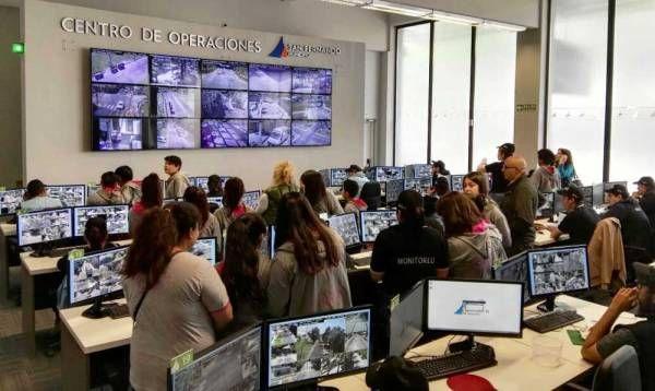 Más escuelas visitan el Centro de Operaciones de cámaras de seguridad de San Fernando