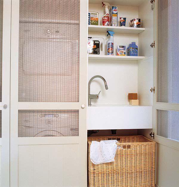 Baño Portatil Pequeno:LAVADERO OCULTO Tras unas puertas de armario con tela de rejilla, el