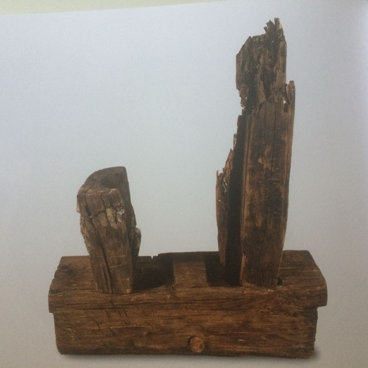 Pompe de cale de l'époque mérovingienne dite de Saint-Gervais 2 (Fos-sur-Mer, Bouches du Rhône, 1978), 7e s. : ce système en bois protégé de poix permettant d'écoper l'eau au fond du navire.
