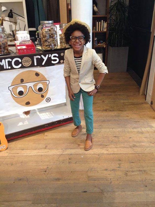 Terno alinhado, gravata com nó perfeito combinando com a camisa e sapato e bolsa no estilo: poderia ser apenas mais um empresário bem-sucedido em uma reunião de negócios se não fosse por um detalhe, ele tem só 10 anos. Cory Nieves é o CEO e cofundador da marca de cookies Mr. Cory's, que vende biscoitos a US$ 1 no centro de Nova Jersey, nos EUA. #entrepreneur kid