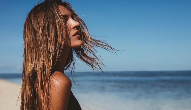 Heb je vaak last van gespleten haarpunten? Geen zorgen. FEM FEM deelt tips waarmee je gespleten haarpunten makkelijk kunt herstellen.   #hair #tips #split #beach
