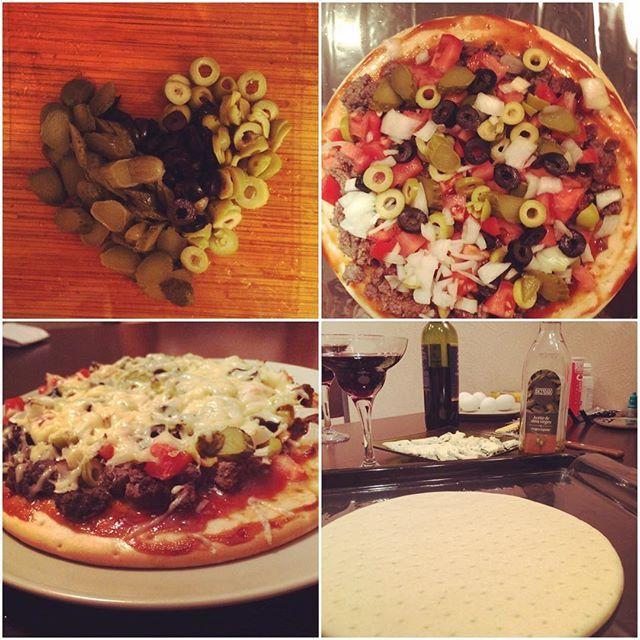 Вчера готовили домашнюю пиццу с говяжьим фаршем🍕 выпили немного вина🍷 отмечали 1,5 года вместе. В общем #нарушаемрежим #ourhappyweekend#pizza#wine#бикининамассе#tastyfood#meal#celebration  Yummery - best recipes. Follow Us! #tastyfood