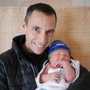 Um médico que tricota gorrinhos para os bebês que ele fez o parto.