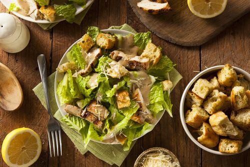 Préparation: Pour la sauce: 1. Hachez les anchois, les câpres. Épluchez et dégermez l'ail. Mixez les anchois, la gousse d'ail, les câpres et la crème jusqu'à obtenir une crème onc…