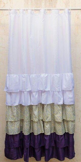 Cortina blanca con volados violetas y flores  Shower curtain