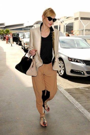 Cate Blanchett in een broek van Chloé, een zwarte top + blazer van Stella McCartney en Roger Vivier sandalen op het vliegveld van L.A., met de 'Sella'-tas van Tod's.