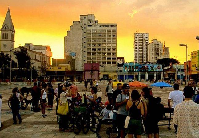 """O Largo da Batata, ponto da zona oeste de São Paulo que tem atraído cada vez mais gente e se tornando referência em convívio e ocupação do espaço público paulistano, terá em breve uma exposição de arte digital e interativa. Trata-se da 7ª edição da Mostra 3M de Arte Digital, a primeira realizada a céu aberto. Seis artistas (incluindo aí uma dupla) vão apresentar trabalhos inéditos que têm """"aspectos interativos, emocionais, poéticos e de reflexão"""" em comum. Segundo a curadoria da exposição…"""