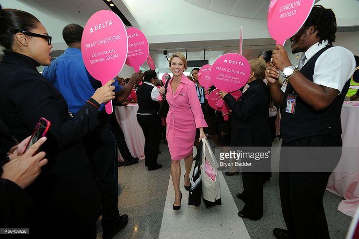 """Delta уставами """"рак молочной железы"""" One полет с Доброе утро, Америка Эми Robach в аэропорту JFK 30 сентября 2014 года в Нью-Йорке."""