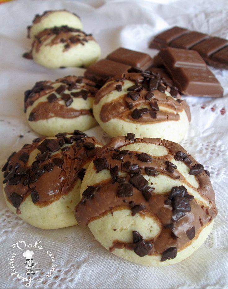 Biscottini con cioccolato al latte,morbidi golosi e ricchi di cioccolato al latte e scaglie di cioccolato fondente