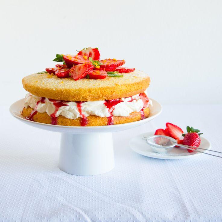 Dort se smetanovým krémem a jahodami pečenými s pomerančovou kůrou a vodou z pomerančových květů/Victoria Sponge inspired cake with mascarpone frosting and orange peel and orange blossom water baked strawberries