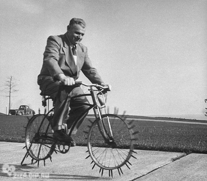 Удивительные ретро-велосипеды. Велосипед для поездок по льду с защитными рукавицами на руле был изобретением Джо Штайнлауфа для передвижения по заснеженным зимним улицам Чикаго.