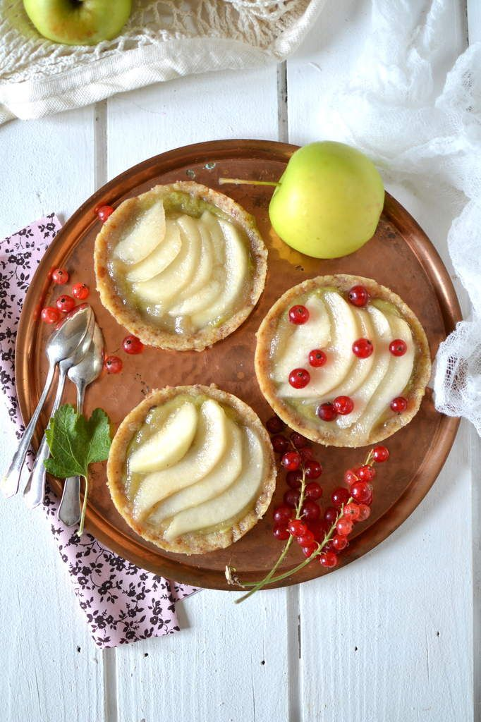 Tartelettes crues pomme ~ poire { Vegan & Sans gluten } Pâte : dattes et amandes réduites en poudre