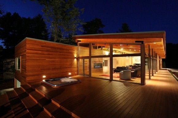 Casa de Madera a la orilla de un lago con jacuzzi integrado en la terraza. ¿envidia? Si, pero sana.