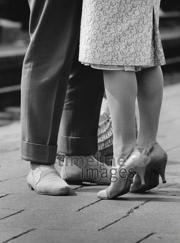 Deutschland: Beine eine Liebespaares, Frau steht auf den Zehenspitzen ullstein bild - Oskar Poss/Timeline Images #black #white #schwarz #weiß #Fotografie #photography #historisch #historical #traditional #traditionell #retro #vintage #nostalgic #Nostalgie #Schuhe #shoes #Schuhmode #Damenschuh #Frauenschuh #Damenmode #Frauenmode #Stil #Männerschuhe #Herrenschuhe #Herrenmode #Männermode #Abschied #Zug #Liebe #Verabschiedung #Wiedersehen