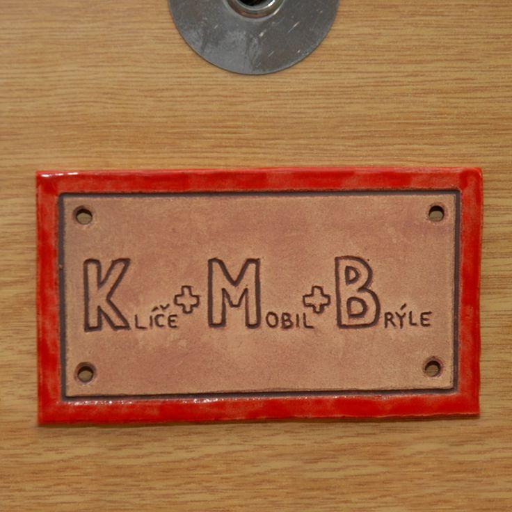 Cedulka na dveře Klíče + Mobil + Brýle Ručně škrabaný text do keramické hlíny. Cedulka je částečně glazovaná. Keramická destička je široká 12,5 cm, vysoká 7 cm. Na bocích je opatřena malými dírkami pro možnost uchycení. ********** Při odběru většího množství kusů si dovoluji upravit poštovné dle skutečné hmotnosti balíčku! Navštivte, prosím, i můj profil ...
