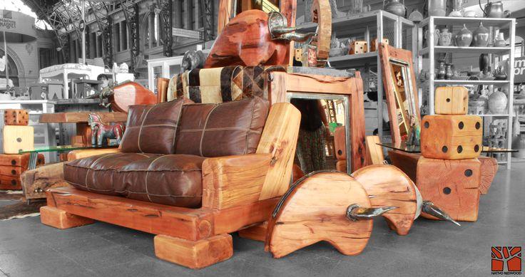 Nativo Redwood. Sillón doble de roble rústico con cojines de cuero color café oscuro, rellenos con pluma y costuras color beige. Dimensiones: 1.00x1.50