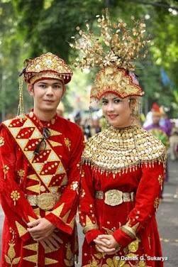 Kepulauan Bangka Belitung terkenal dengan pakaian adat tradisional yang berupa kain cual & baju seting.