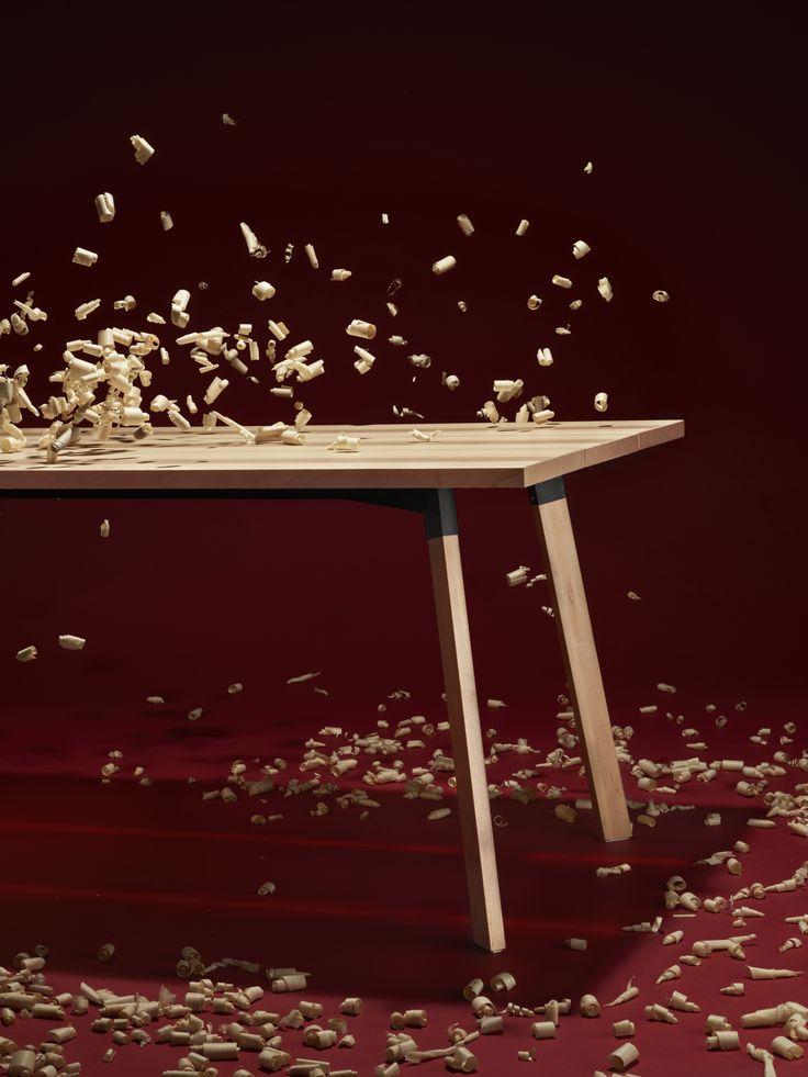 Die Designer hinter der YPPERLIG Kollektion wollten eine aktualisierte Version des klassisch skandinavischen Tisches schaffen. Durch eine Kombination aus  Board-on-frame-Technik mit Beinen aus Massivholz und Eschenfurnier entstand ein Tisch, mit dem sie genau das geschafft haben.