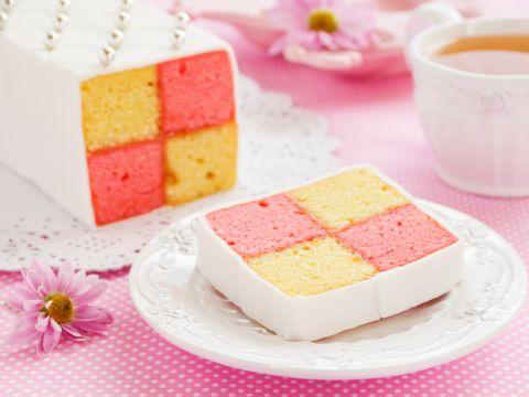Dieser Kuchen sieht fantastisch aus, schmeckt toll und ist gar nicht so schwierig in der Zubereitung. Wir zeigen Ihnen, wie er mit ein paar kleinen Tricks gelingt. Battenberg- Kuchen (Bake Cheesecake Families)
