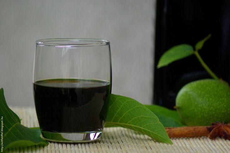 Aki ivott már házi diólikőrt, az tudja, hogy milyen finom dologról van szó. A bolti diólikőrök meg sem közelítik a házi diólikőrt, ami mivel hogy a még éretlen, zöld dióból készül, inkább nevezhető zölddió-likőrnek. Idén elhatároztuk, hogy mi is belefogunk ennek az istenien finom italnak az elkészítésébe, ami egyébiránt egyben gyógyital is, ahogy Zilhay Ágnes már régen megírta, kitűnő gyomorerősítő is...