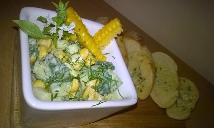 Okurkovo-kukuřičný salát s bylinkami