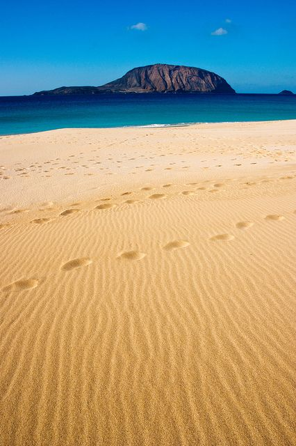 Playa de La Concha, isla de La Graciosa. RRR : 'La + belle plage, dominée par le Mont Bermeja - 600m de beauté pure, déserte, ample, vraiment paradisiaque !'