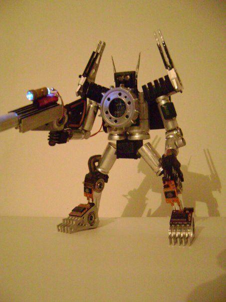 Les muestro algunos robots que hice hace algunos años (cuando tenía mas tiempo al pedo :)). Los armaba con partes de electrónica vieja y les ponía luces, ventiladores, etc... Algunos eran a pilas y otros para tenerlos en el escritorio y conectarlos...
