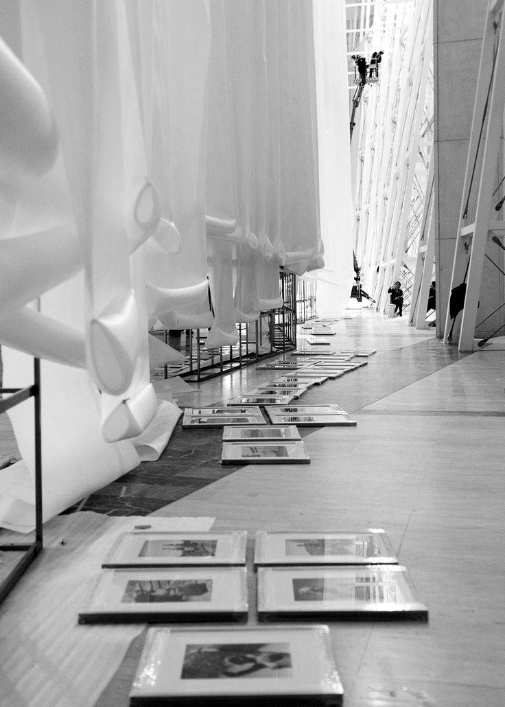 Montaxe da exposición 'José Suárez. Uns ollos vivos que pensan'. (13 Nov 2015 - 27 Mar 2016). Deseño de montaxe: Alfonso Penela