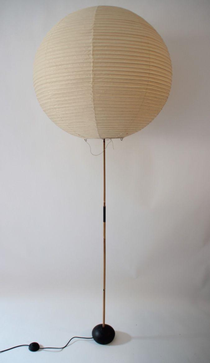 amu NOGUCHI (1904-1988); ed STEPH SIMON - AKARI - vers 1960 Rare lampadaire à grand cache ampoule en papier , bambou et fonte laquée. Tampon rouge du fabricant. Hauteur du lampadaire : 150 cm Diamètre du cache ampoule : 72 cm
