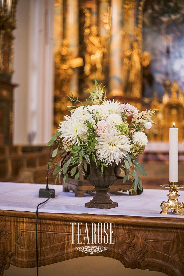 Elegáns erdei-mezei esküvői templomi oltárdekorációja
