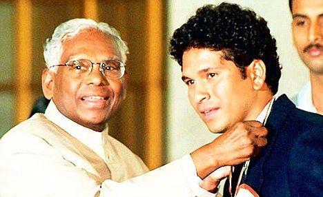 Sachin receiving the India's highest honor for a sports person - Rajiv Gandhi Khel Ratna award.